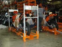 A mattighofeni gyár csomagolóüzemében egy KTM 640 Adventure-t rögzítenek a szállítókeretbe
